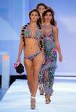 La finale de piste de promenade de modèles dans des concepteurs de Bendita d'Agua nagent l'habillement Images libres de droits