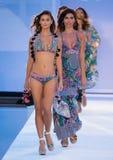 La finale de piste de promenade de modèles dans des concepteurs de Bendita d'Agua nagent l'habillement Image stock