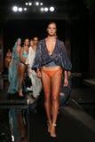 La finale de piste de promenade de modèles dans les concepteurs nagent l'habillement pour la présentation de mode de Sinesia Karo Image stock