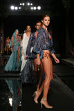 La finale de piste de promenade de modèles dans les concepteurs nagent l'habillement pour la présentation de mode de Sinesia Karo Photos stock