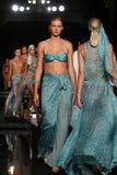 La finale de piste de promenade de modèles dans les concepteurs nagent l'habillement pour la présentation de mode de Sinesia Karo Image libre de droits