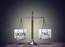 La finanza d'equilibratura di imposta sul reddito prenota il concetto delle scale fotografia stock libera da diritti