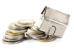La finanza di proprietà sprofonda, cadute del modello della casa dal capovolgimento della p Immagini Stock Libere da Diritti