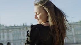 La fine aumenta di bella donna allegra alla vista di Pietroburgo archivi video