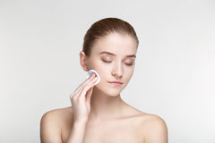 La fine bianca del fondo della maschera del nero di salute di cura di pelle della donna del ritratto di bellezza sulla spugna for Fotografia Stock