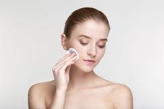 La fine bianca del fondo della maschera del nero di salute di cura di pelle della donna del ritratto di bellezza sulla spugna for Fotografie Stock