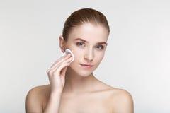 La fine bianca del fondo della maschera del nero di salute di cura di pelle della donna del ritratto di bellezza sulla spugna for Fotografia Stock Libera da Diritti
