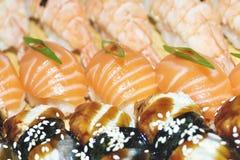 La fine dei sushi del sashimi ha installato con i bastoncini e la soia fotografia stock
