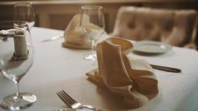 La fine del colpo del carrello su meravigliosamente ha servito la tavola nei toni caldi del ristorante