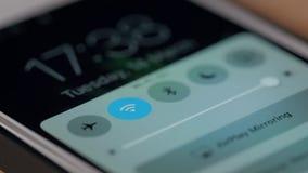 La fine eccellente su di Person Hand Holding Mobile Phone con il segnale di Wi-Fi accende archivi video