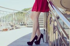 La fine laterale di profilo sulla foto di vista di sexy dimagrisce le gambe adatte, beautifu fotografia stock