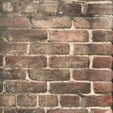 La fine marrone Grungy del muro di mattoni su con pittura spruzza fotografie stock libere da diritti