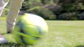 La fine su dei piedi come nonno ed il nipote giocano a calcio archivi video