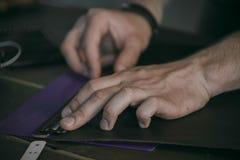 La fine su del produttore del cuoio della mano dell'uomo realizza la misura Fotografia Stock Libera da Diritti