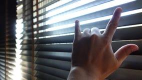 La fine su del segno della mano del ` del ` ti amo con gli otturatori di legno acceca i ciechi di Windows immagini stock