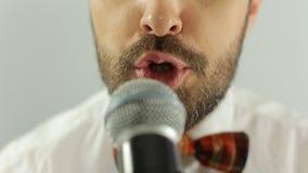 La fine su della bocca del cantante esegue una canzone dentro stock footage