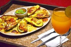 La fine su delle cozze cuoce con formaggio con la salsa di frutti di mare piccante Fotografie Stock
