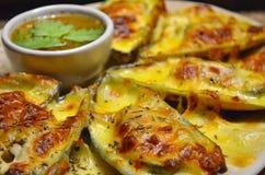 La fine su delle cozze cuoce con formaggio con la salsa di frutti di mare piccante fotografia stock libera da diritti