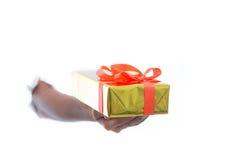 La fine su delle mani giudica il contenitore di regalo verde isolato su fondo bianco fotografie stock