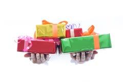 La fine su delle mani giudica il contenitore di regalo verde isolato su fondo bianco immagini stock libere da diritti