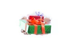 La fine su delle mani giudica il contenitore di regalo verde isolato su fondo bianco fotografia stock