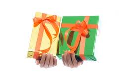 La fine su delle mani giudica il contenitore di regalo verde isolato su fondo bianco fotografia stock libera da diritti