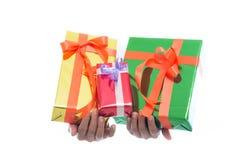 La fine su delle mani giudica il contenitore di regalo verde isolato su fondo bianco immagini stock