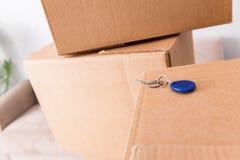 La fine su delle scatole e delle chiavi Immagine Stock Libera da Diritti