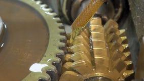 La fine su di trenching il cerchio di alluminium dalla macchina speciale sulla pianta video d archivio