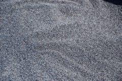 La fine su di un mucchio dei semi di papavero raccolti freschi si è sparsa in ciotola, pronta per l'essiccamento, foto macro Ingr Fotografia Stock