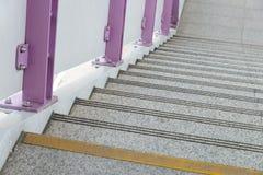 La fine su ed i dettagli svuotano le scale dalla stazione ferroviaria elettrica Fotografie Stock Libere da Diritti