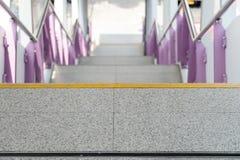 La fine su ed i dettagli svuotano le scale dalla stazione ferroviaria elettrica Fotografia Stock