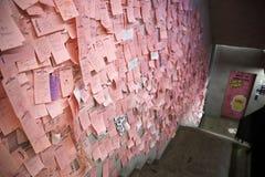 La fine su ha sparato di molto Post-it sulla parete laterale al negozio di Chuu -5kg Jean fotografia stock