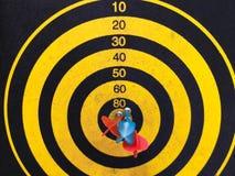 La fine su ha sparato di un bordo di dardo Freccia dei dardi che manca l'obiettivo su un bordo di dardo durante il gioco E fotografia stock libera da diritti
