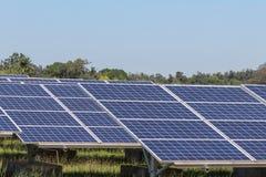 La fine su matrice di file delle cellule solari al silicio policristalline o il photovoltaics al giro solare della centrale elett Immagine Stock Libera da Diritti