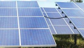 La fine su matrice di file delle cellule solari al silicio policristalline o il photovoltaics al giro solare della centrale elett Fotografie Stock Libere da Diritti