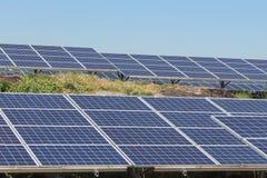 La fine su matrice di file delle cellule solari al silicio policristalline o il photovoltaics al giro solare della centrale elett Fotografia Stock Libera da Diritti