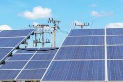 La fine su matrice di file delle cellule solari al silicio policristalline o il photovoltaics al giro solare della centrale elett Immagini Stock