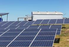 La fine su matrice di file delle cellule solari al silicio policristalline o il photovoltaics al giro solare della centrale elett Fotografie Stock