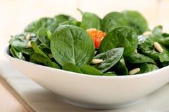 Foglie crude degli spinaci sulla tavola Fotografia Stock Libera da Diritti