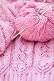 La fine su sul dettaglio rosa dell'artigianato tessuto tricotta il maglione Immagini Stock Libere da Diritti