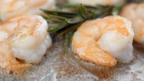 La fine su sull'gamberetti frigge su una padella con un aglio e un rosmarino stock footage