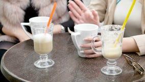 La fine su sulla tavola del caffè con caffè beve stock footage