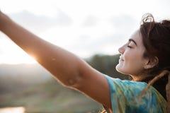 La fine su una donna gode del braccio di aumento e di mattina immagine stock
