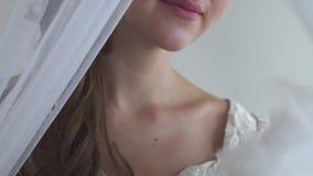 La fine sui ventagli della donna il suo fronte con il fan della piuma bianca sulla metà bianca del fondo affronta la serie reale  stock footage