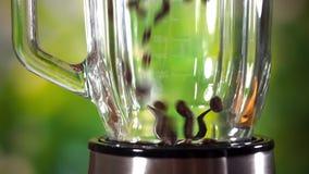 La fine sul punto di vista dei chicchi di caffè versa dentro la smerigliatrice video d archivio