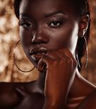 La fine sul ritratto di bella donna africana con oro creativo compone immagini stock libere da diritti