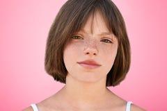 La fine sul ritratto di piccolo bambino alla moda freckled guarda con gli occhi scuri stretti direttamente nella macchina fotogra fotografia stock libera da diritti