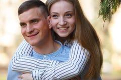 La fine sull'immagine delle coppie felici gode insieme del tempo fotografia stock