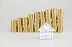 La fine sulla casa ha monete di oro del mucchio della sfuocatura come fondo Fotografie Stock Libere da Diritti